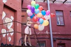 Kvinna med ballonger royaltyfri bild