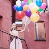 Kvinna med ballonger royaltyfria bilder