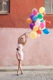 Kvinna med ballonger arkivfoto