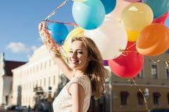 Kvinna med ballonger royaltyfri foto