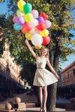 Kvinna med ballonger Fotografering för Bildbyråer