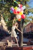 Kvinna med ballonger Royaltyfri Fotografi