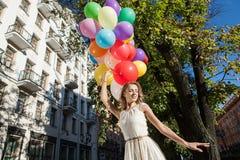 Kvinna med ballonger Arkivbilder
