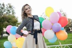 Kvinna med ballonger arkivfoton