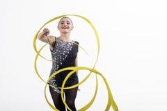 Kvinna med bandet för rytmiskt gymnastiskt Kondition och banta av framgång och hälsa för flickagymnastsport Genomköraresportar royaltyfria bilder