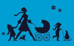 Kvinna med barn och hundkapplöpning Den toppna modern går med barn Arkivfoton
