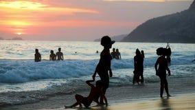 Kvinna med barn på stranden i Brasilien lager videofilmer