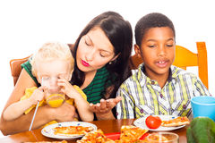 Kvinna med barn som har pizzalunch Royaltyfri Fotografi