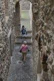 Kvinna med barnet och äldre kvinna i gammal ruine Royaltyfria Bilder