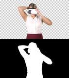 Kvinna med begrepp för virtuell verklighet för apparat för VR-hörlurar med mikrofonexponeringsglas, Alpha Channel arkivbild