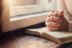 Kvinna med bibeln Royaltyfria Bilder