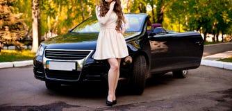 Kvinna med bilen Royaltyfri Fotografi