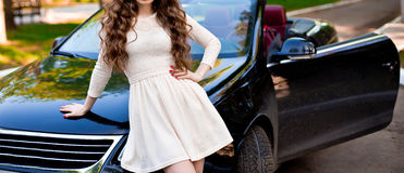 Kvinna med bilen Royaltyfria Bilder