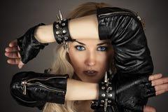 Kvinna med blåa ögon i ett läderomslag Royaltyfri Bild