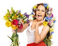 Kvinna med blommabuketten. Royaltyfri Bild