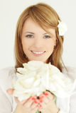 Kvinna med blommagåvan Royaltyfri Fotografi