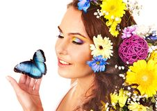 Kvinna med blomman och fjärilen. Fotografering för Bildbyråer
