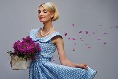 Kvinna med blommapetals Royaltyfri Foto