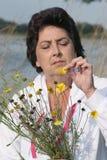 Kvinna med blommor royaltyfri fotografi