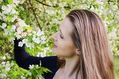Kvinna med blommor för äppleträd Royaltyfria Bilder
