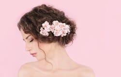 Kvinna med blommor i henne hår Royaltyfri Bild