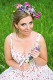 Kvinna med blommor i hennes hår Royaltyfria Foton