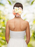 Kvinna med blommor i hennes huvud arkivbilder