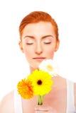 Kvinna med blommor och stängda eye'ss Arkivbilder