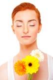 Kvinna med blommor och stängda eye'ss Royaltyfria Bilder