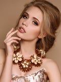 Kvinna med blont hår och ljus makeup med den lyxiga halsbandet royaltyfria bilder