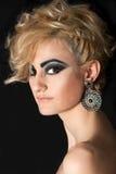 Kvinna med blont hår och smink Fotografering för Bildbyråer