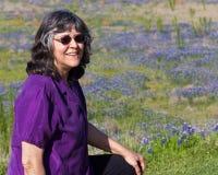 Kvinna med bluebonnets Royaltyfri Bild