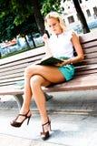 Kvinna med boken arkivfoto