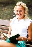 Kvinna med boken arkivfoton