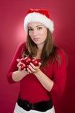 Kvinna med bollar för jul för Santa hattholding royaltyfri bild