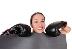 Kvinna med boxninghandskar som ser le Royaltyfri Foto