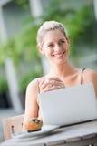 Kvinna med bärbar dator Arkivbilder