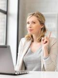 Kvinna med bärbar dator och fingret upp Arkivbild