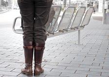 Kvinna med bruna kängor Royaltyfri Bild