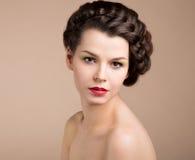 Kvinna med brunt hår. Romans Royaltyfri Foto