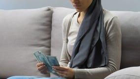 Kvinna med cancer som räknar pengar för chem, dyr terapi, välgörenhetdonationer arkivfilmer