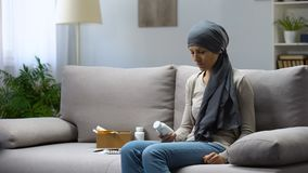 Kvinna med cancer som rymmer piller, experimentell behandling, farmakologiaffär lager videofilmer