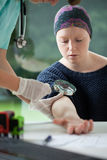 Kvinna med cancer under att undersöka för vågbrytare Royaltyfri Fotografi
