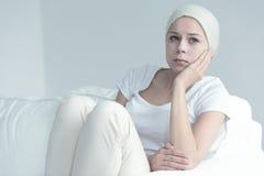 Kvinna med cancersammanträde royaltyfria bilder