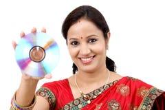 Kvinna med CD-SKIVAN Arkivbild