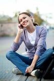 Kvinna med celltelefonen Fotografering för Bildbyråer