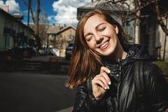 Kvinna med charmigt leende Royaltyfria Bilder