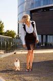 Kvinna med chihuahuaen i centra. Royaltyfri Foto