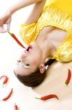 Kvinna med chilis Royaltyfri Bild