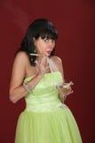 Kvinna med cigaretten och Martini Arkivbild
